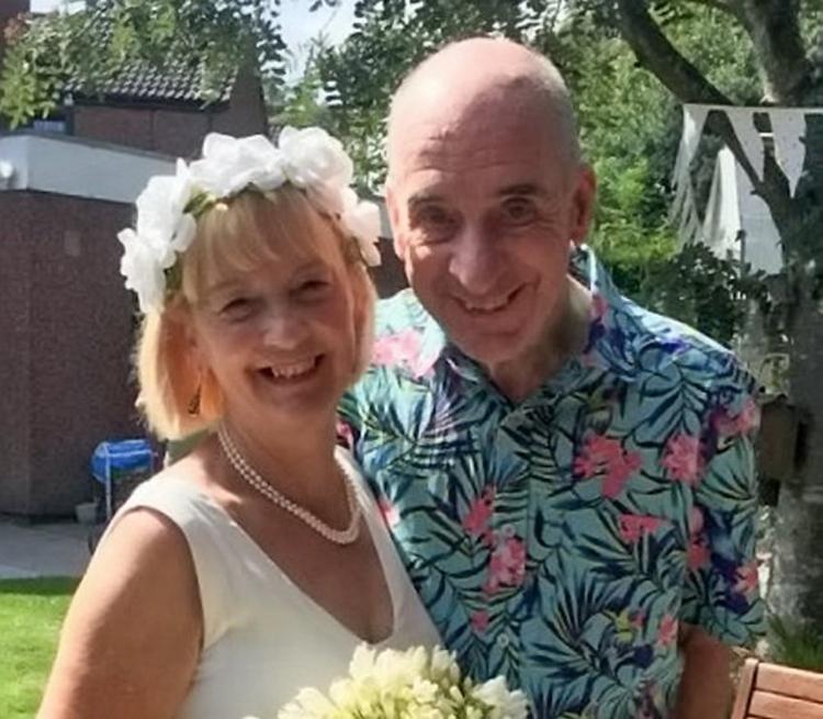 Cả hai đều cảm thấy hạnh phúc khi tổ chức hôn lễ lần hai. Ảnh: Mirror.