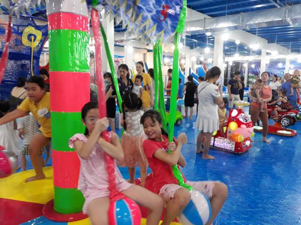 Khu vui chơi trẻ em nằm tại tầng 3 của nhà sách với diện tích 2.500m2, không gian thoáng mát, sạch sẽ. Vé vào cửa khu giảm đến 50% giá vé từ 10/8 đến 30/8.
