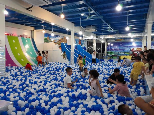 Khu vui chơi gồm: khu nhà liên hoàn, nhà bóng, khu chơi cát, nhà bóng, sàn nhún, vận động mạo hiểm...