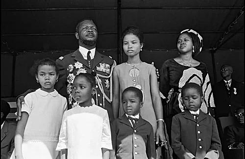Bokassa đứng cạnh Martine giả. Ảnh: Guy Le Querrec/Magnum Photos.