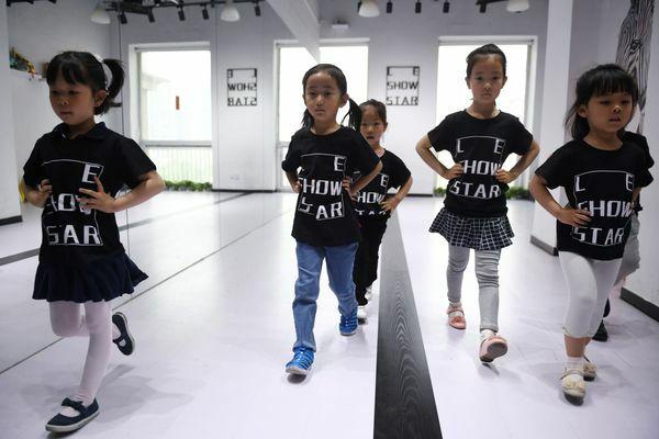 Những người mẫu nhí được tập luyện hơn 6 tiếng mỗi ngày, thậm chí bỏ học trước mỗi show diễn lớn. Ảnh: The Guardian.