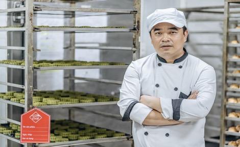 Bếp trưởng, nghệ nhân Nguyễn Văn Trung cho biết, để đảm bảo tiêu chí an toàn vệ sinh, mọi thành phần đều kiểm định khắt khe. Các nguyên liệu chọn, cân đo kỹ lưỡng trước khi mang trộn theo công thức giảm ngọt, giảm dầu, tốt cho sức khỏe người dùng.