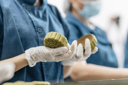 Các nghệ nhân có kinh nghiệm lâu năm của bếp VinMart Cook kiểm tra thủ công kỹ lưỡng từng chiếc bánh trước khi đóng gói.
