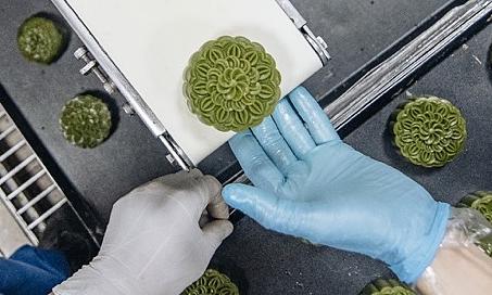 Công đoạn nặn, nhồi nhân bánh Trung thu được những người thợ thực hiện thủ công để đảm bảo hương vị, chất lượng.