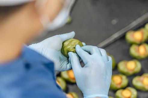 Nhà sản xuất VinMart Cook cho ra lò hàng trăm nghìn chiếc bánh mùa Trung thu nhưng mỗi công đoạn sản xuất đều tỉ mỉ, kỳ công, thậm chí nhiều khâu thủ công quan trọng vẫn được duy trì.