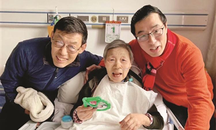 Ông Đặng Học Đông (bên phải) bên mẹ và anh trai ruột ở Mỹ về thăm mẹ. Ảnh: epaper.