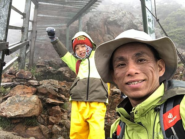 Hai bố con anh Zou. Ảnh:Zou Pinwei.