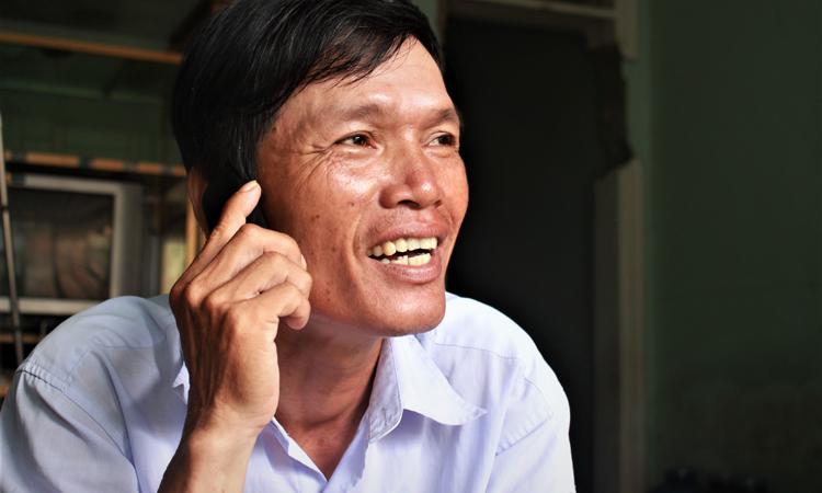 Anh Sơn gọi điện hỏi thăm gia đình Pa sau ngày đưa cô trở về với gia đình. Anh giờ đây coi Pa như người thân. Ảnh: Diệp Phan.