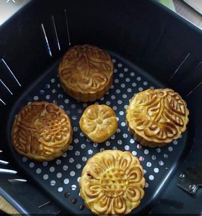 Nồi chiên không dầu Stebacó thể làm bánh bánh nướng.