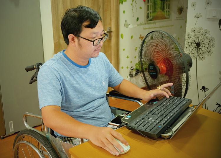 Mỗi ngày Nho làm việc 16-18 tiếng để kiếm tiền trả nợ ngân hàng cũng như tiết kiệm để đi kiếmcon. Ảnh: Hải Hiền.