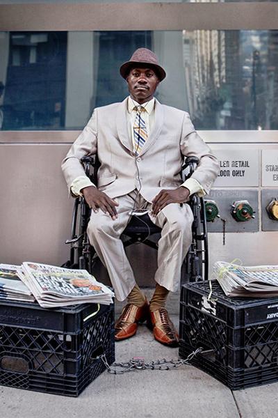 Steeve chọn công việc bán báo vì chán nản với dòng chảyhiện đại. Ảnh: New York Times.