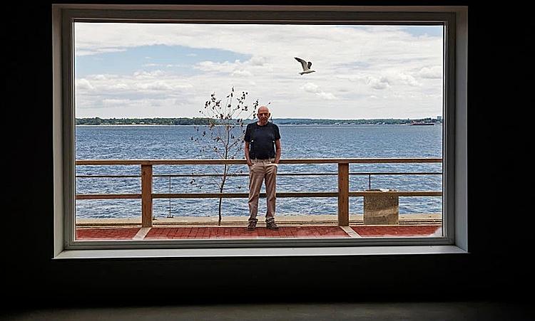 Triệu phúAlbert Sutton, 85 tuổi, đã rót 8 triệu đôla để cải tạo tòa nhà trên đảo Columbia, ven New York. Ảnh:New York Times.