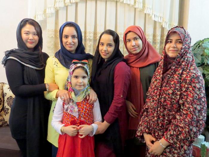 Hoài Anh (ngoài cùng trái) và các chị em trong gia đình chồng. Phụ nữ ở Iran phải đội khăn chùm đầu đen từ năm 13 tuổi và chỉ hở hai đôi mắt khi ra đường, nhưng thời gian gần đây họ đã cởi mở hơn, bằng cách dùng các khăn thời trang, sắc màu. Ảnh: H.A.