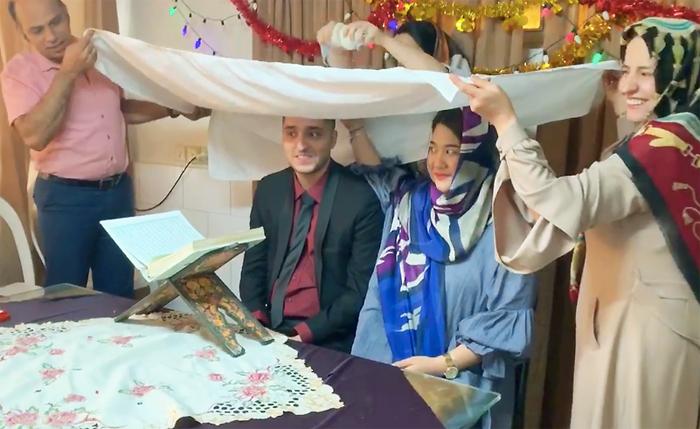 Nghi thức nhận giấy chứng nhận kết hôn chính thức của Amir và Hoàng Anh hôm 3/9. Ảnh: AmirHossein.