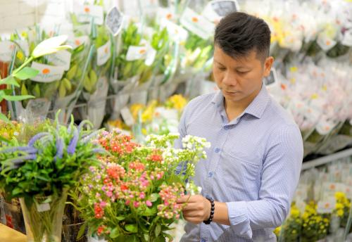 Nghệ nhân cắm hoa Nguyễn Mạnh Hùng.