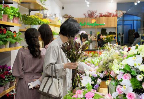 Người tiêu dùng mua hoa.