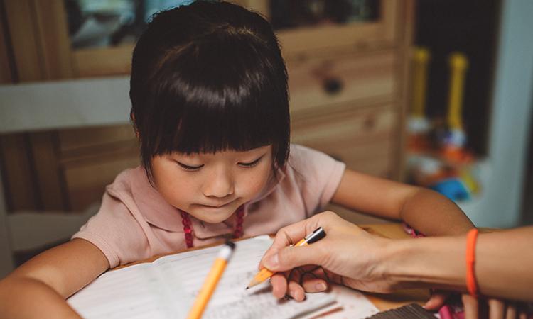 Nghiên cứu khoa học cho thấy có mối liên hệ giữa các kỳ thi và sự căng thẳng ởtrẻ. Trẻ càng căng thẳng, điểm thường thấp. Ảnh:Healthline.