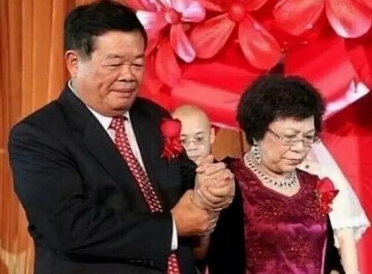 Vợ chồng tỷ phú Tào Đức Vượng trong đám cưới con trai đầu lòng. Ảnh: sina.