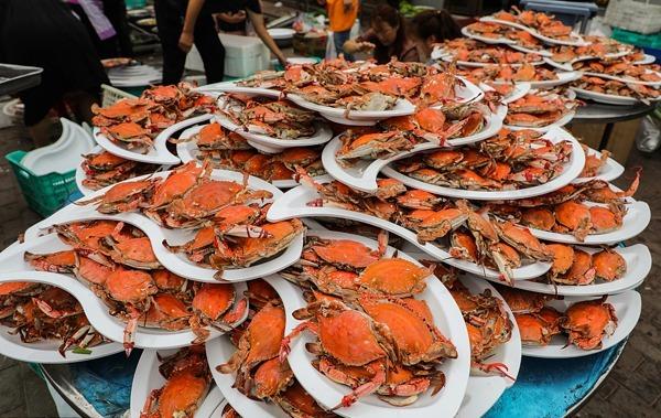 Các đĩa cua biển để đãi khách tại ngôi làng ở thành phố Đan Đông hôm 4/9. Ảnh: Sohu.