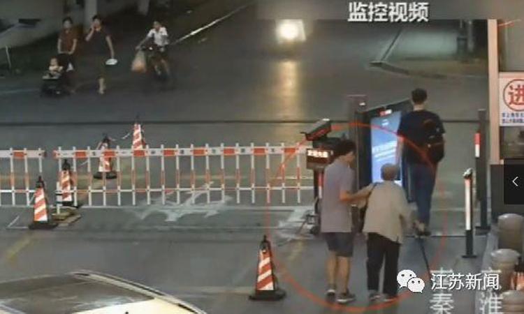 Cảnh sát truy xuất camera thấy hình ảnh của tài xế Chu giúp cụ Tống lên xe rồi chở về nhà. Ảnh: chinanews.