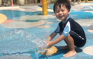 Nước là đồ chơi rất tốt với trẻ nhỏ. Ảnh:littlestepsasia.