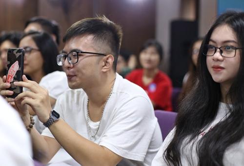 Sinh viên các trường đại học tham dự hội thảo, xem video, nghe chia sẻ về các biện phápan toàn dục.