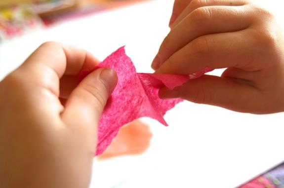 Xé giấy giúp trẻ tư duy tốt hơn. Ảnh: Inner Child Fun.