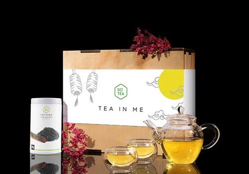 Bộ quà tặng thường xuân mỹ vị trà Dotea gồm 1 ấm trà 250ml, 2 ly uống trà 50ml, một lon trà xanh Thái Nguyên Dotea 70g, hộp gỗ đựng được thiết kế sang trọng. Giá sản phẩm 1,116 triệu đồng, giảm còn 679.000 đồng. Bộ ấm tách từ chất liệu thủy tinh borosilicat không chì, hạn chế khả năng ố vàng theo thời gian. Được mệnh danh