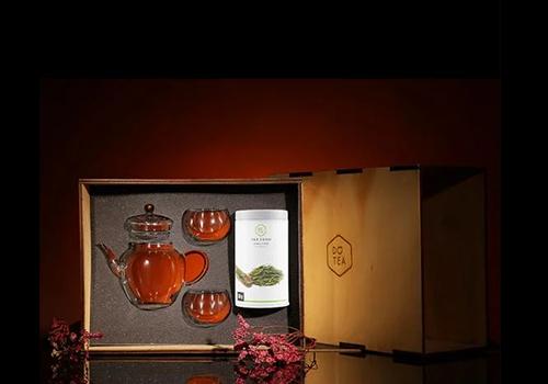 Bộ quà tặng Long tỉnh đệ nhất danh trà Dotea giá 1,219 triệu đồng giảm còn 819.000 đồng. Trà Long tỉnh được đánh giá là loại trà thượng hạng, được hái từ vườn trà ở làng Long Tỉnh phía nam Tây Hồ, Hàng Châu, Chiết Giang, Trung Quốc. Nơi đây được thiên nhiên ưu ái cho khí hậu mát mẻ, nguồn nước dồi dào cùng đất đai màu mỡ đã tạo nên loại danh trà nức tiếng tứ phương. Khi thưởng trà, bạn nên uống vào buổi sáng hoặc trưa ngay lúc trà còn nóng, không uống trà lúc đói, lưu ý phụ nữ có thai và trẻ em dưới 3 tuổi không nên sử dụng.