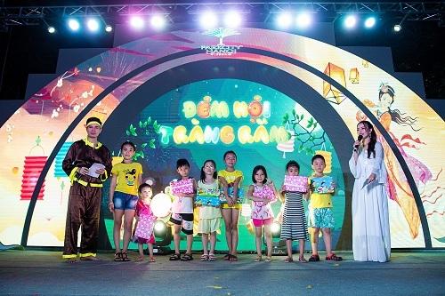 Các em nhỏ chụp ảnh lưu niệm trong Đêm hội trăng rằm ParkCity Hanoi.