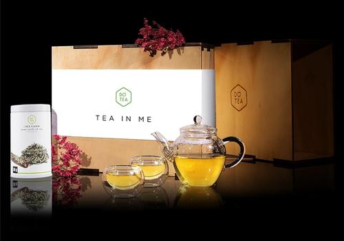 Bộ quà tặng trà xanh Shan tuyết Dotea gồm 1 ấm trà 250ml, 2 ly uống trà 50ml, một lon trà Shan tuyết cổ thụ Dotea 50g, hộp gỗ đựng được thiết kế sang trọng. Giá bộ quà tặng từ nay đến hết 15/9 là 819.000 đồng. Shan tuyết cổ thụ là loại trà sinh trưởng nơi vùng núi cao Tây Bắc, có búp to màu trắng xám, lại có lớp lông mịn màu trắng nên được gọi là trà tuyết. Lá trà đều đẹp, hương thơm thanh dịu. Sau khi pha cho sắc nước màu vàng mật ong, vị trà dịu nhẹ.