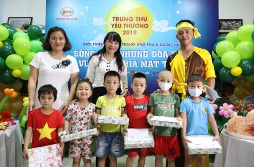 Cuối chương trình, đại diện ban tổ chức, bà Nguyễn Thị Vũ Thành (đứng giữa), Phó tổng giám đốc Công ty Cổ phần Dược phẩm GoldHealth Việt Nam tặng bánh, kẹo, phiếu mua sản phẩm hỗ trợ bảo vệ sức khỏe cho các em nhỏ.