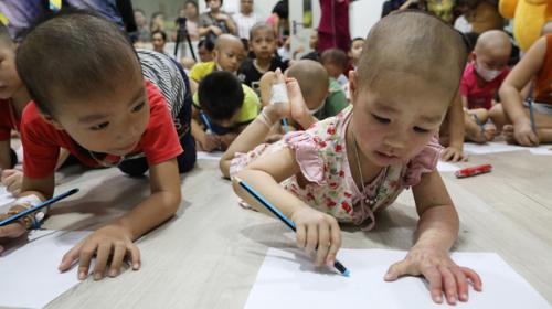 Sau màn đố vui, hoạt động vui chơi, các bé tự tay vẽ tranh thể hiện ước mơ. Nhiều em ước lớn lên sẽ làm bác sĩ, cô giáo, chú bộ đội...