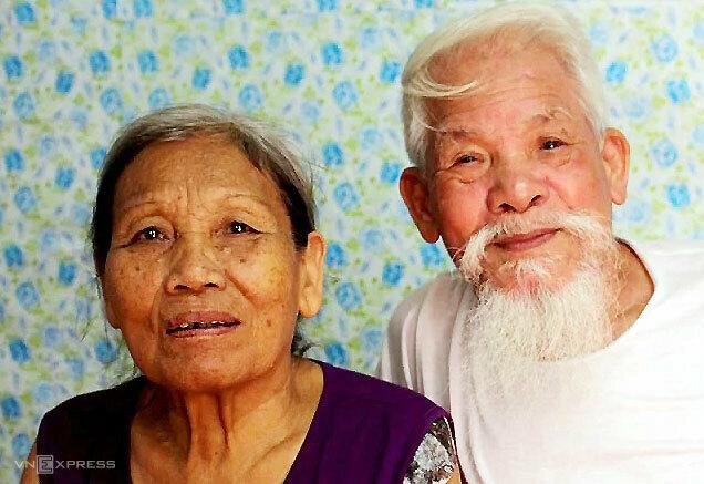 Ông Sơn và bà Lệ cưới nhau60 năm trước. Ông Sơn bảo vợ không phải là bóng hồng trong bất kỳ bài thơ nào ông làm, nhưng ông sẽ luôn yêu thương, săn sóc bà đến hết đời. Ảnh: Phạm Nga.