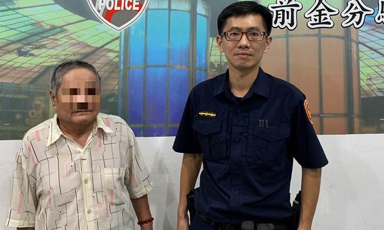 Ông Wu (trái)tại đồn cảnh sát cho biếtquên đem điện thoại nên không gọi được các con. Ảnh: China Times.