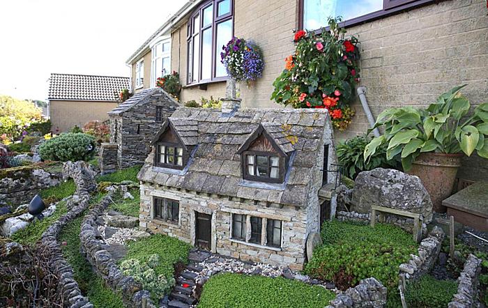 Những toà nhà thu nhỏ xây bằng đá kiên cố. Ảnh:Thenorthernecho.