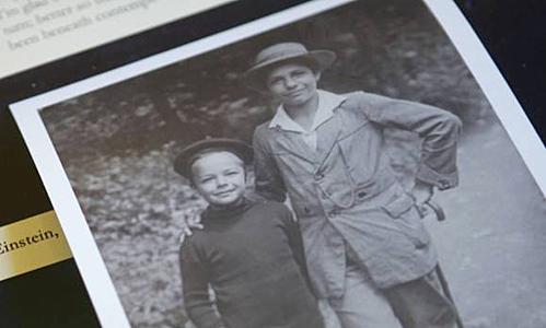 Eduard (trái) bên anh trai Hans Albert. Ảnh: All Thats Interesting.