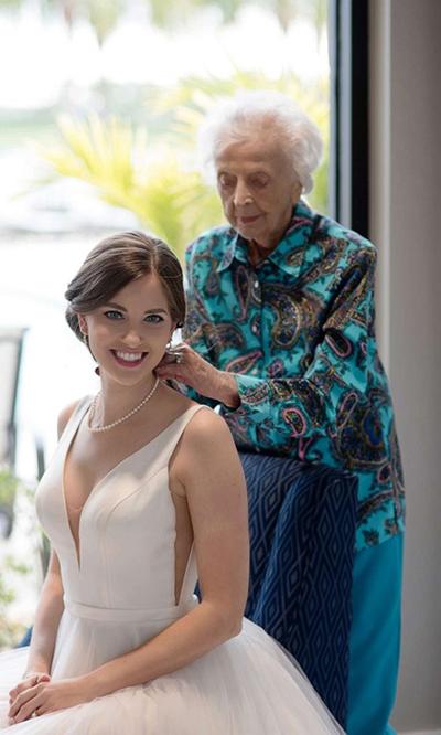 Bộ ảnh cưới Tara chụp cùng bà ngoại được gần một triệu lượt chia sẻ trên mạng xã hội. Ảnh: People.