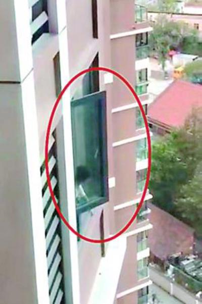 Cảnh bé gái leo ra cửa sổ được hàng xóm chụp lại. Ảnh: China News.