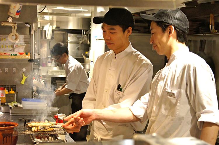 Du học sinh Việt sang Nhật thường chọn các công việc chân tay nhưphụ bếp, phục vụ bàn vì không yêu cầu trình độ ngoại ngữ cao. Ảnh: Nikkei.