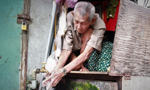 Cặp vợ chồng già sống trong căn nhà 2 m2