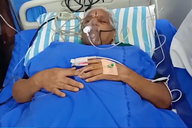 Bà Erramatti Mangayamma sau khi sinh 2 con sinh đôi vẫn phải nằm trong phòng chăm sóc đặc biệt. Ảnh: india.com
