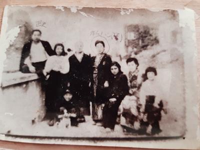 Bức ảnh gia đình riêng của ông Sato Masao ở Nhật Bản. Ông Sato Masao đứng ngoài cùng bên trái. Ảnh: Gia đình cung cấp.