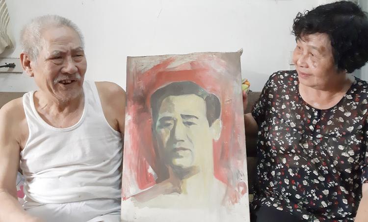 Ông Đỗ Mẫn và em gái bên tấm ảnh chân dung của bố. Ảnh: Phạm Nga.