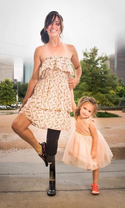 Caitlin và con gái 4 tuổi đang nổi tiếng trên mạng xã hội. Ảnh: Abc 13.