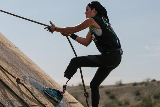 Với một chân giả, Caitlin có thể chơi thành thạo nhiều bộ môn thể thao như leo núi, trượt tuyết... Ảnh: ABC 13.