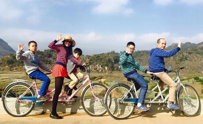 Đi du lịch ở bản Áng, Mộc Châu năm 2015, gia đình chị Ngàvẫn dành 2 ngày leo đồi. Ảnh: N.N.