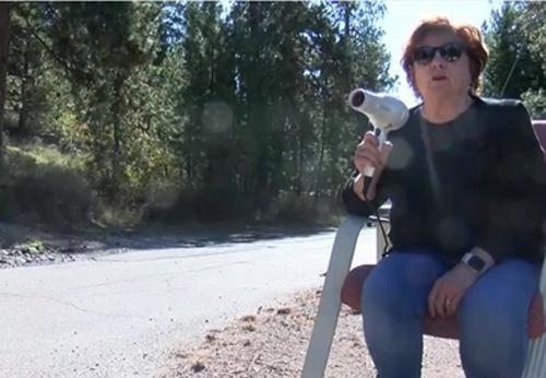 Bà Patti cầm máy sấy tóc để ngăn tình trạng chạy quá tốc độ trên cao tốc. Ảnh:Tim Baumgartner.