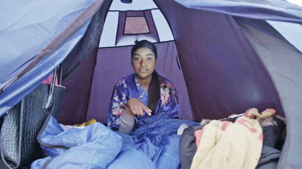 Con gái triệu phú chỉ ngủ được hai tiếng trong lều vì lạnh và đau nhức khắp người. Ảnh: 5star.