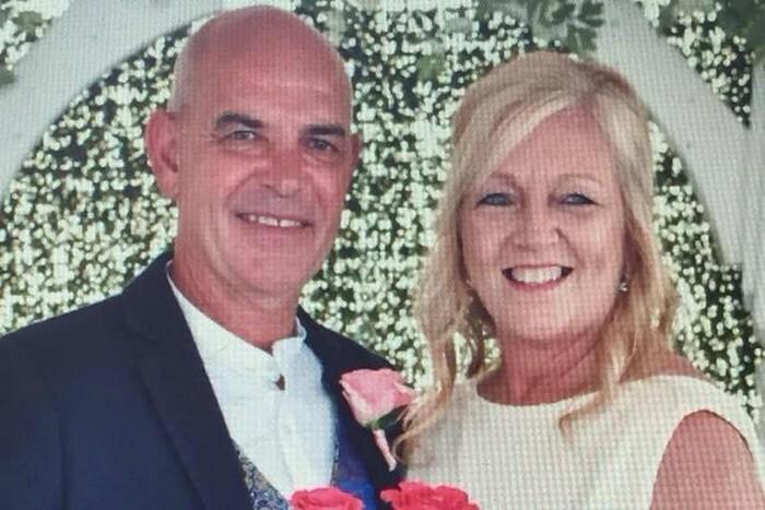 Hai vợ chồng ông Christopher chụp ảnh kỷ niệm hôm 8/9. Ảnh: Washington Time.